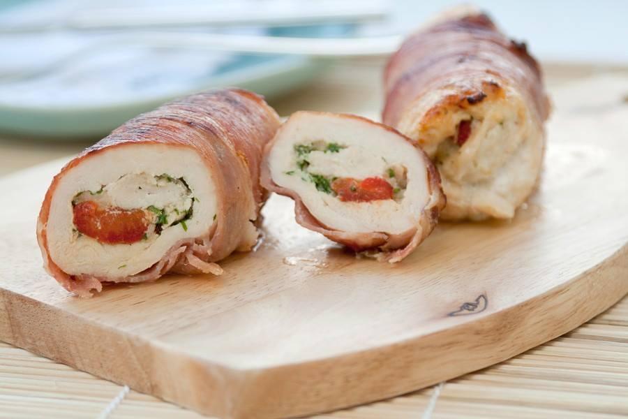 Gotowane roladki drobiowe z serem, suszonymi pomidorami i papryką